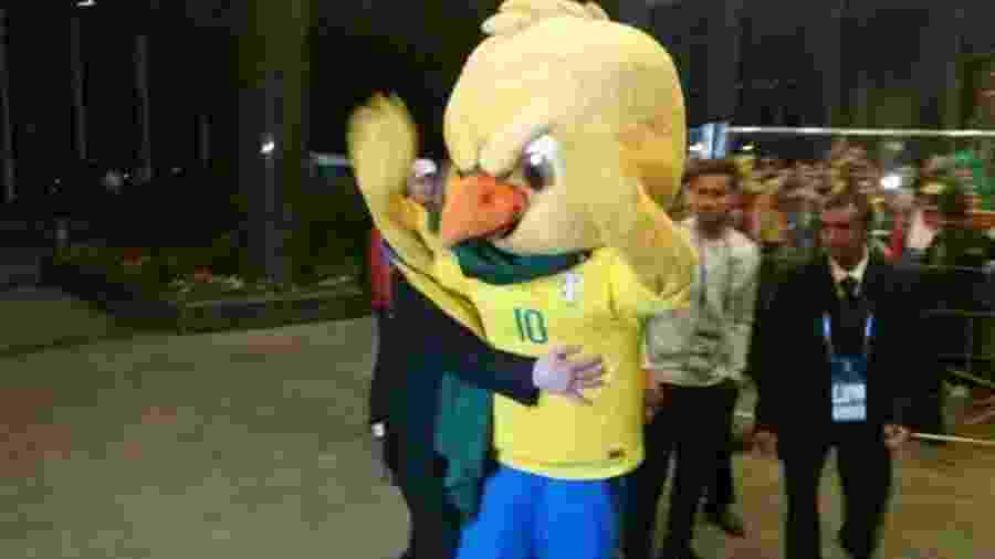 Canarinho Pistola é contido por policiais na chegada da seleção brasileira a Moscou - Reprodução/Sportv
