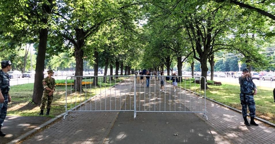 Policiais isolam área próxima à Fan Fest para vetar entrada de torcedores