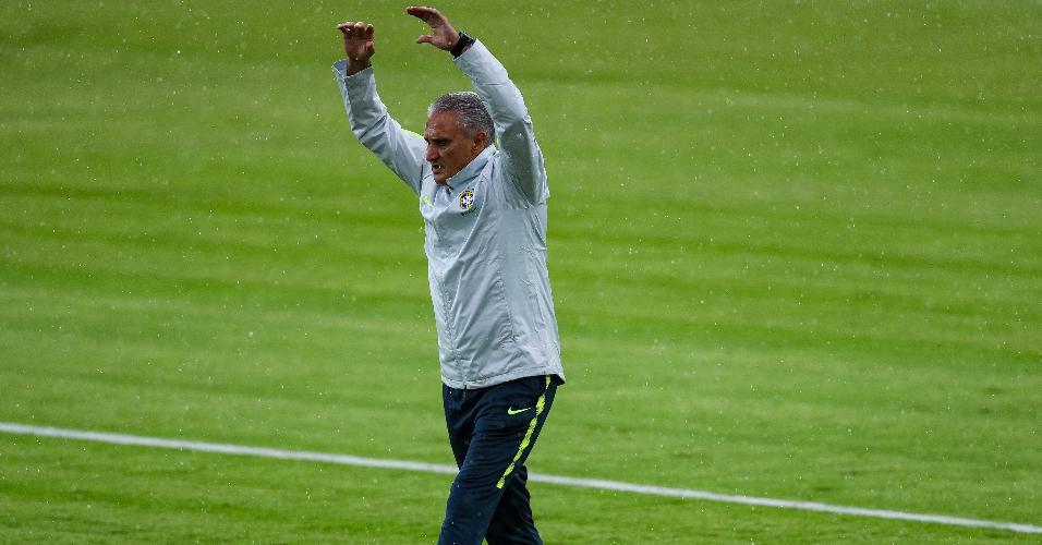 Tite durante treino da seleção brasileira em Kazan