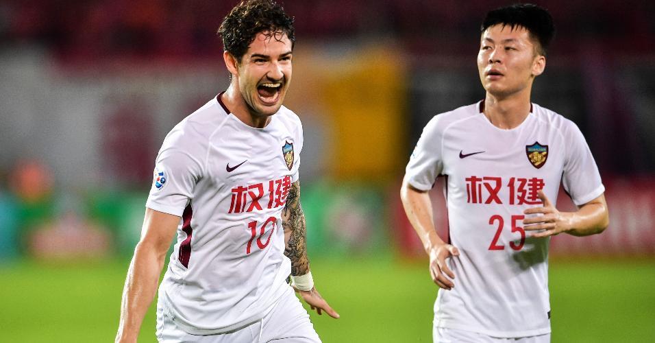 Alexandre Pato comemora gol marcado pelo Tianjin Quanjian