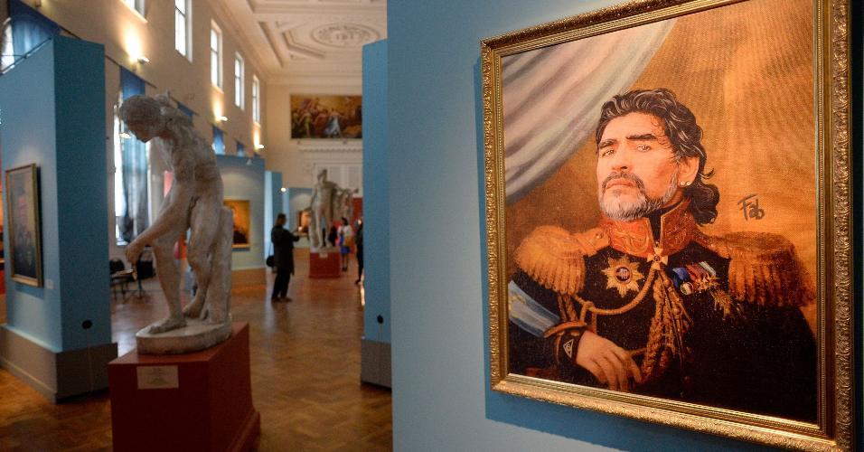 Diego Maradona é retratado com uniforme militar em exposição do Museu da Academia de Artes Russa