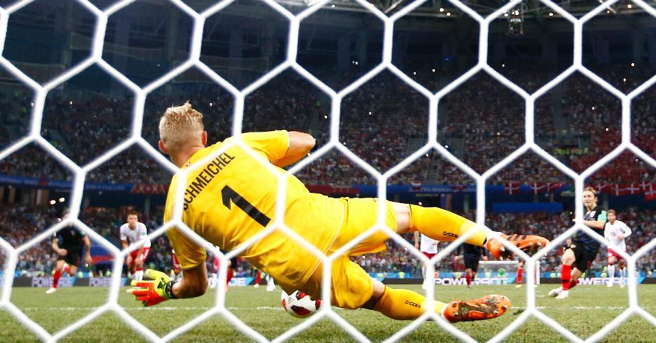 Kasper Schmeichel defende pênalti batido por Luka Modric