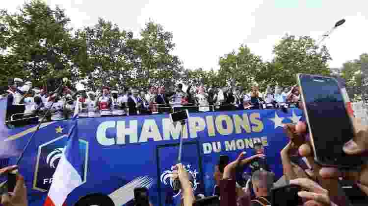 Copa do Mundo 2018  Pogba comanda a festa da França e puxa canto ... 7e54909b5494b