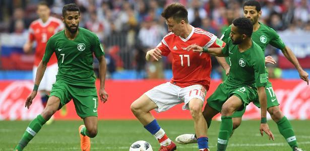 Golovin disputa bola durante jogo da Rússia contra a Arábia Saudita - AFP PHOTO / Francisco LEONG