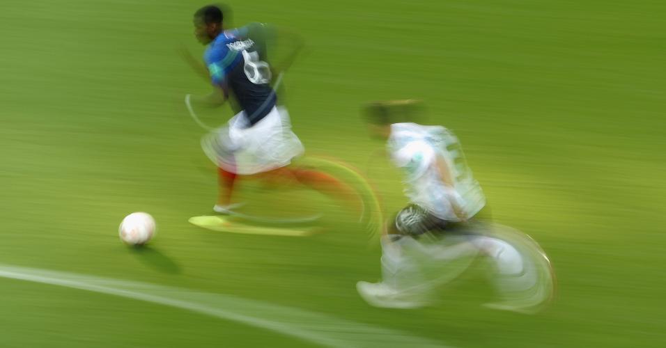 Pogba passa por Tagliafico na partida entre França e Argentina