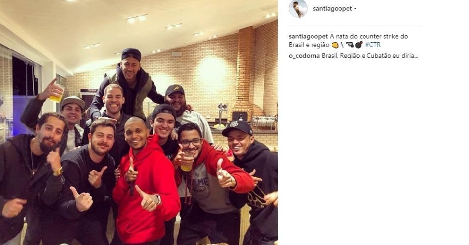 Neymar aparece em festa no Guarujá