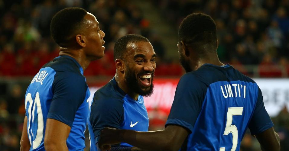 Jogadores da França comemoram gol de Lacazette contra a Alemanha
