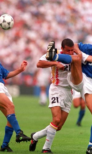 Enrique sofreu falta na grande área no duelo entre Espanha e Itália