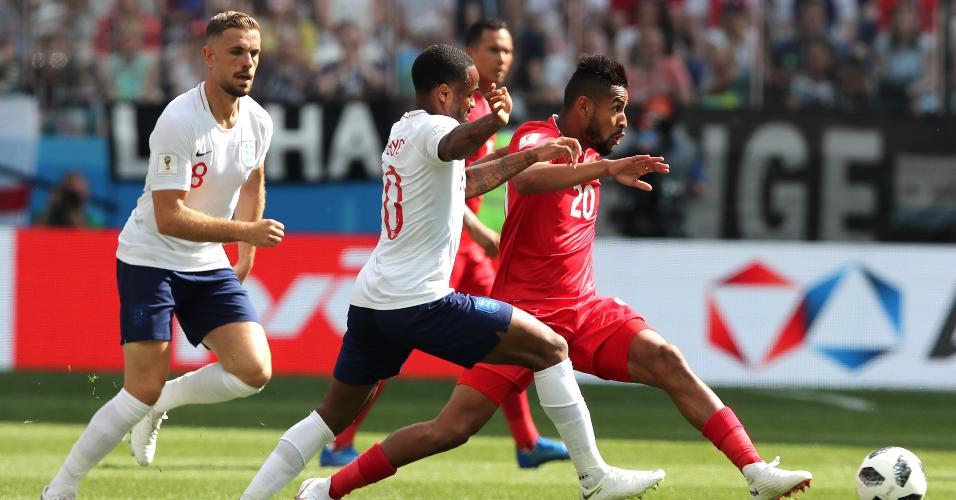 Raheem Sterling, da Inglaterra, tenta roubar a bola de Anibal Godoy, da seleção do Panamá