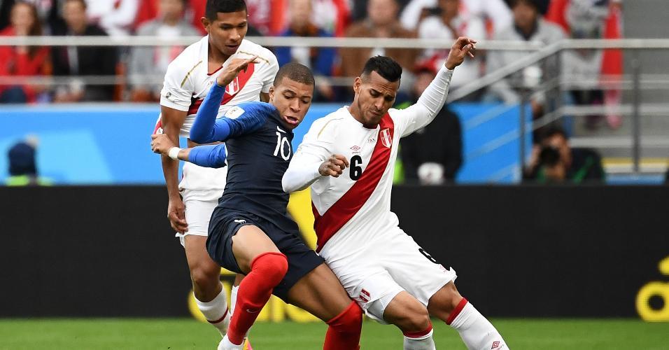 Kylian Mbappé, da seleção da França, disputa bola com Miguel Trauco, do Peru