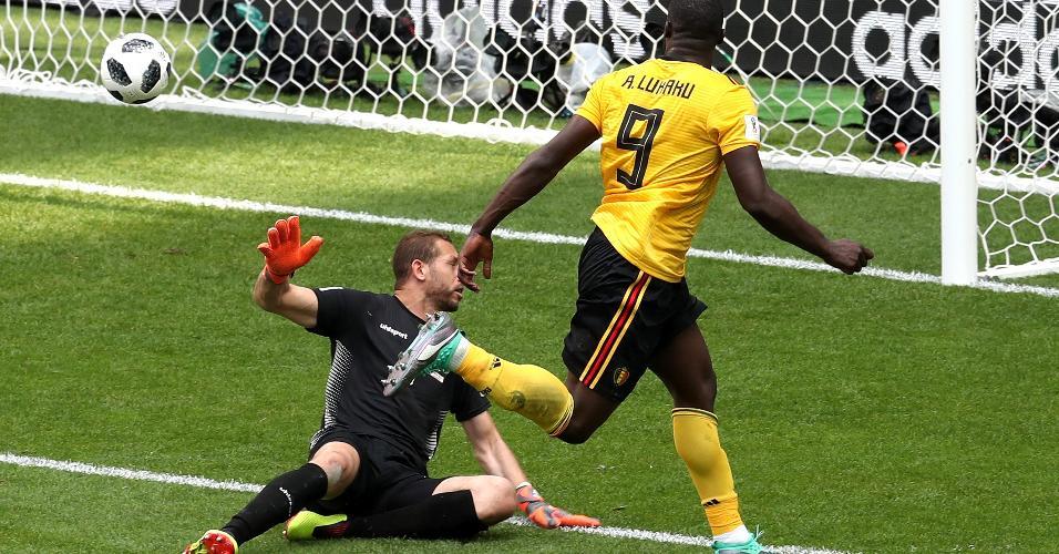 Romelu Lukaku chuta por cima de  Farouk Ben Mustapha para marcar terceiro gol da Bélgica contra Tunísia