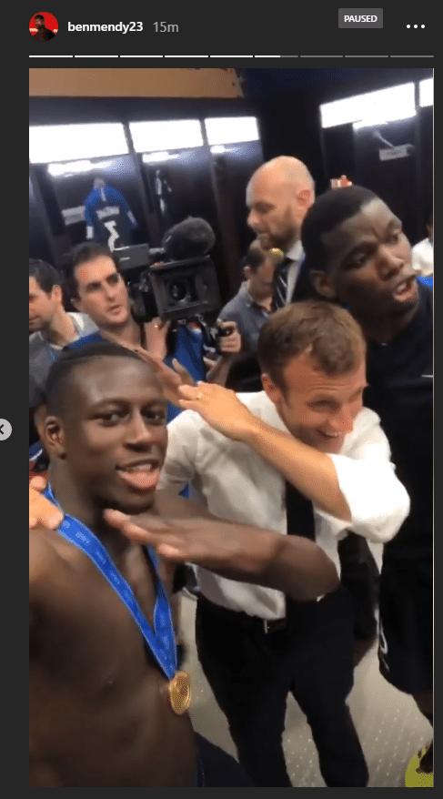 Mendy e Emmanuel Macron fazem o tradicional gesto de Pogba