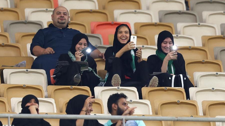 Mulheres sauditas tiveram a permissão para assistir em janeiro de 2018 o duelo Al Ahli x Al Batin - STRINGER/AFP