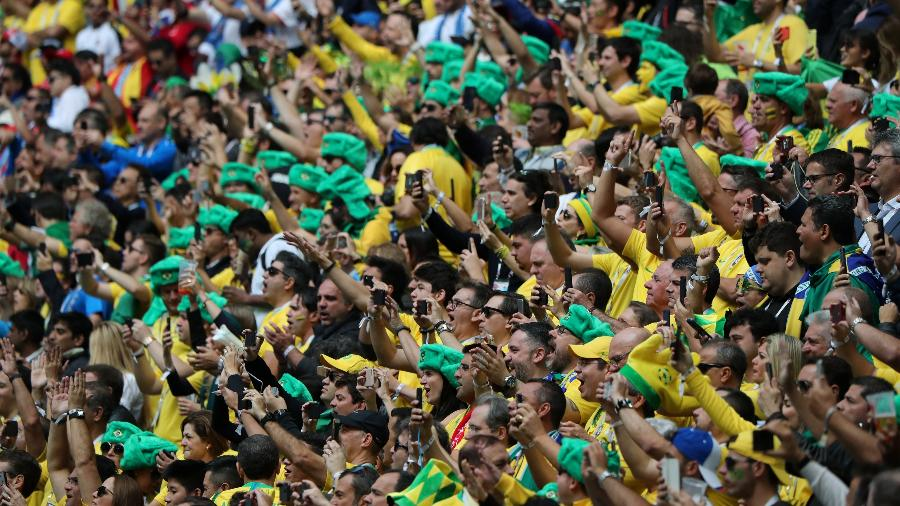 Torcedores do Brasil vibram durante jogo contra a Costa Rica na Arena Zenit, em São Petersburgo - Marcos Brindicci/Reuters