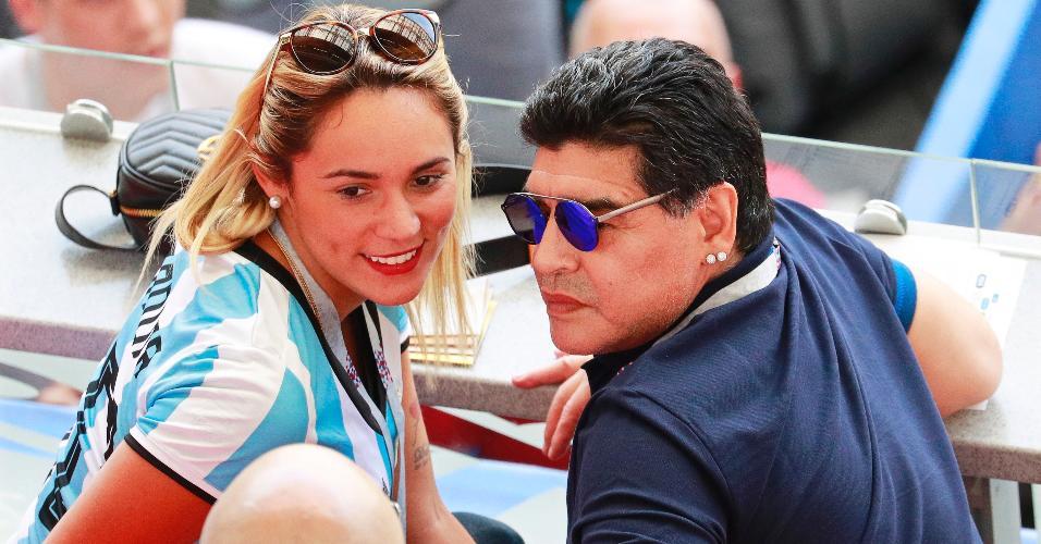 Diego Maradona posa para foto na Arena Kazan, durante duelo entre França e Argentina