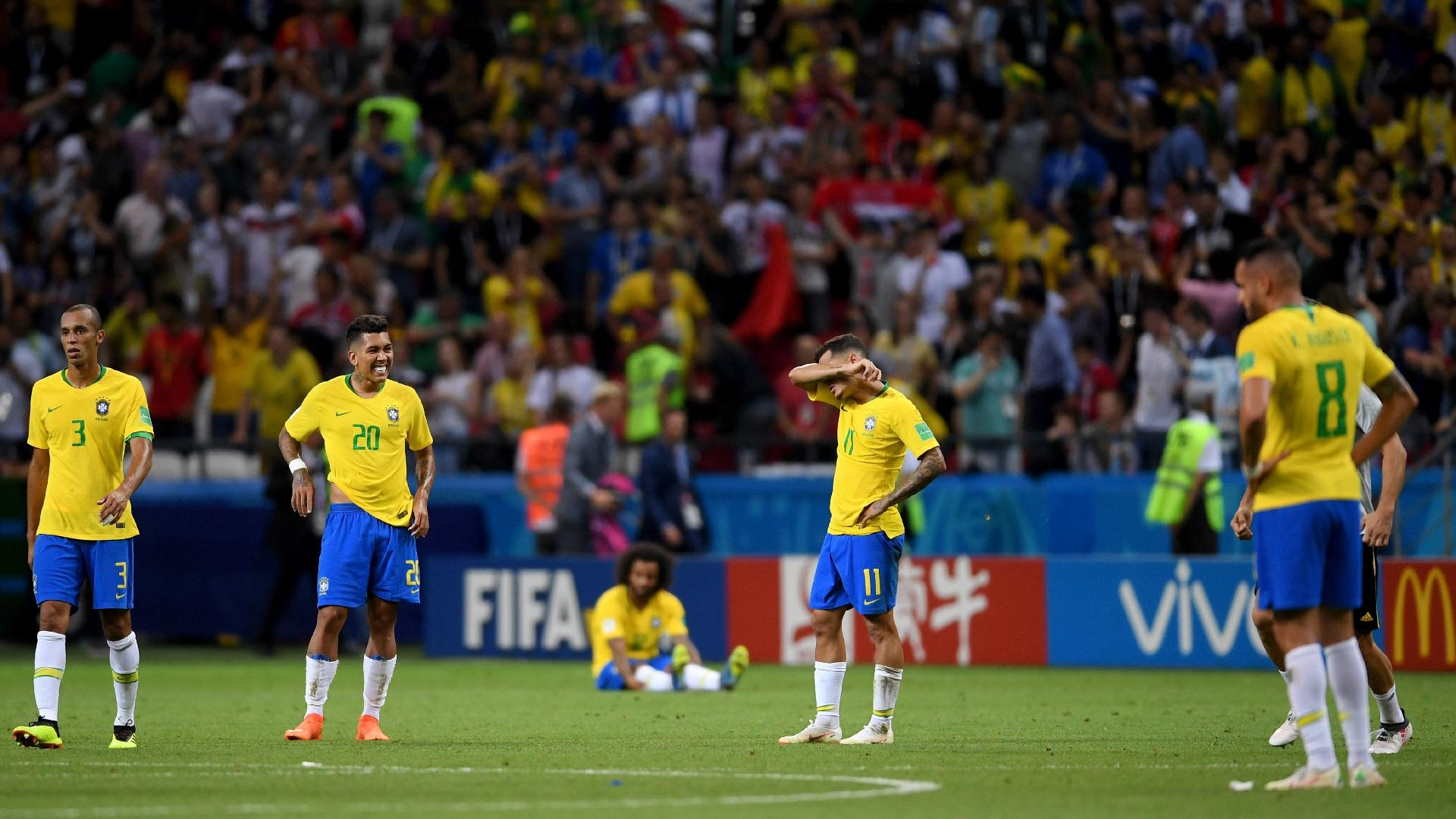 Jogadores do Brasil lamentam a derrota para a Bélgica nas quartas de final da Copa do Mundo