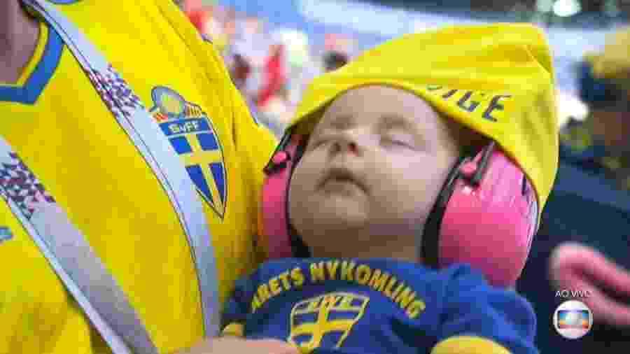 Bebê na torcida da Suécia antes de jogo contra a Suíça - Reprodução/TV Globo
