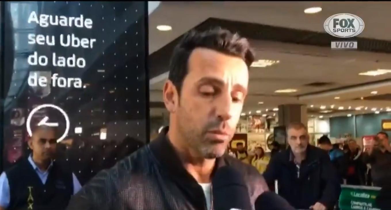 Edu Gaspar concede entrevista na chegada ao aeroporto em São Paulo