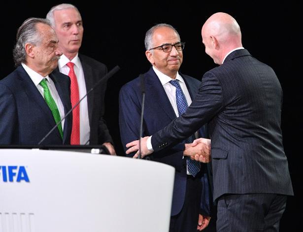 Presidente da Fifa, Gianni Infantino cumprimenta representantes da chapa tripla formada por EUA, Canadá e México