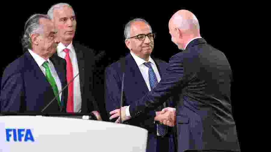 Presidente da Fifa, Gianni Infantino cumprimenta representantes da chapa tripla formada por EUA, Canadá e México - AFP