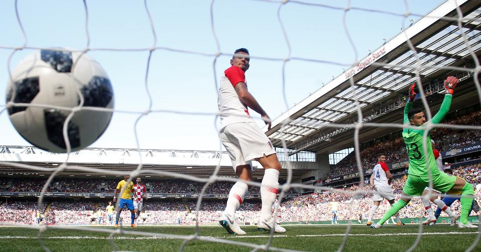 Defensores da Croácia não impedem gol de Neymar para o Brasil