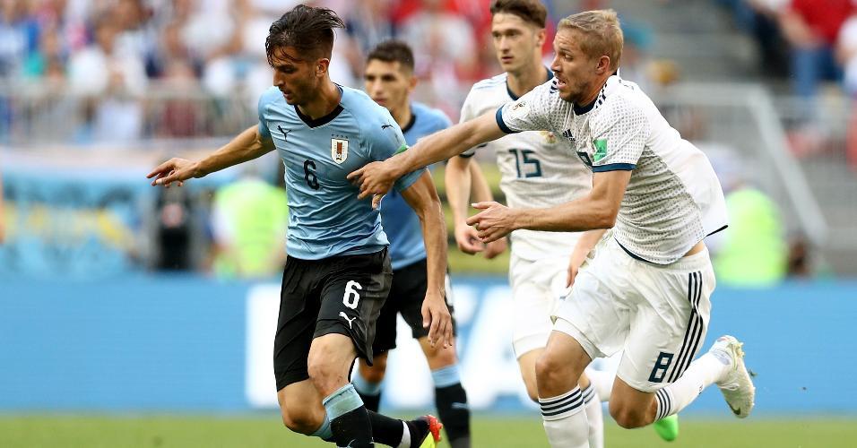 Rodrigo Bentancur, do Uruguai, é marcado por Iury Gazinsky, da Rússia