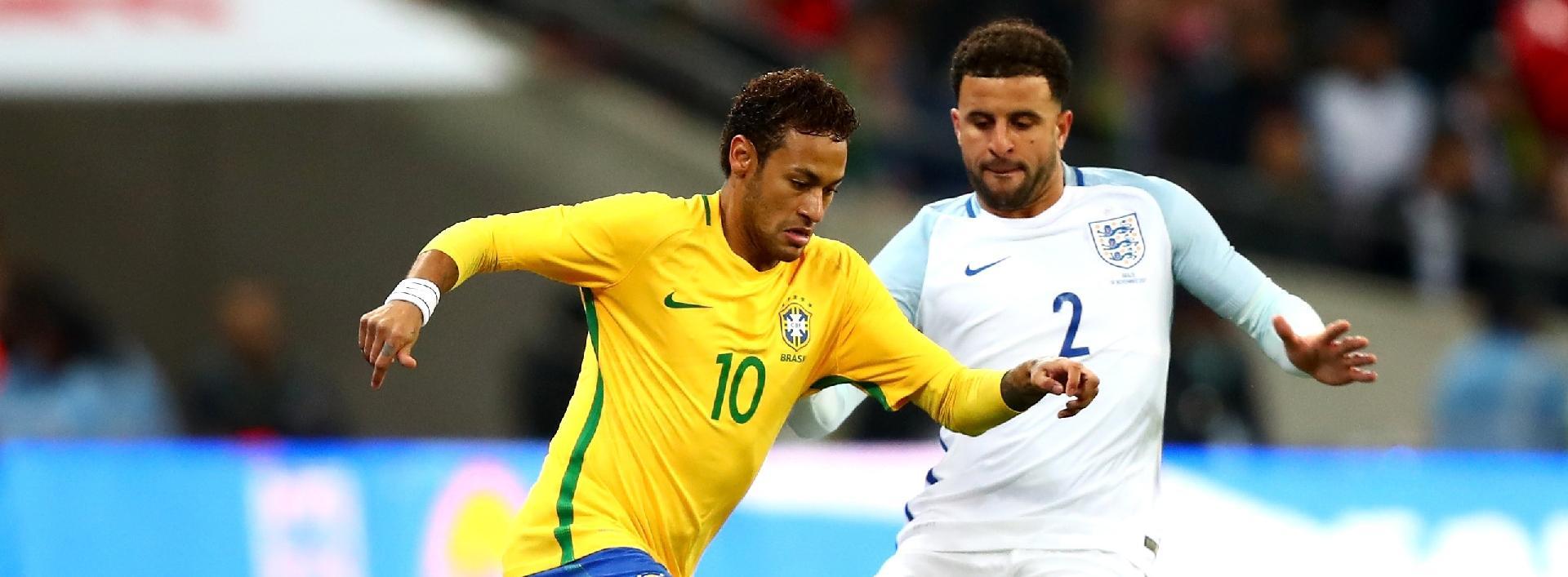 Neymar e Kyle Walker disputam jogada no amistoso entre Inglaterra e Brasil