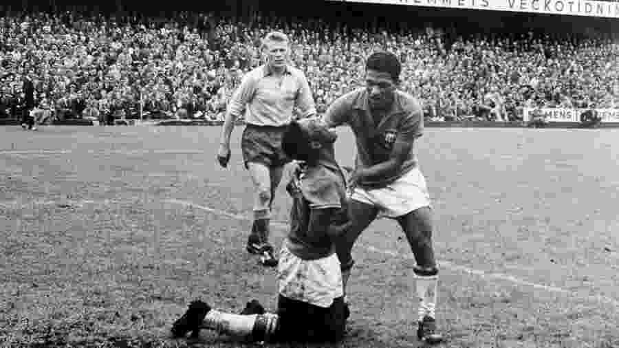 Pelé e Garrincha na final da Copa de 1958, na Suécia, em foto de Luiz Carlos Barreto - Reprodução