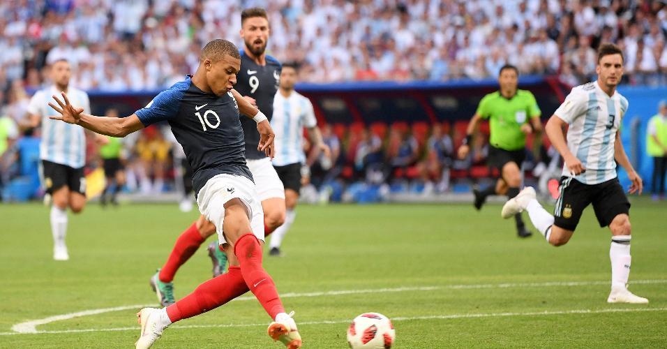 Mbappe chuta para marcar o quarto gol da França contra a Argentina