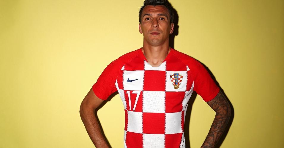 Mario Mandzukic posa para foto com a camisa da seleção da Croácia antes da Copa