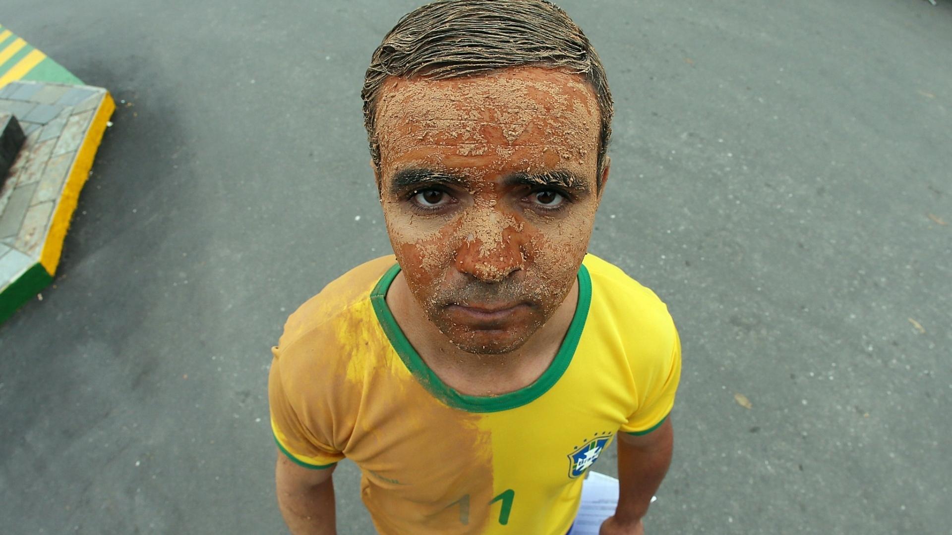 Flávio Carreiro, 35, coloca lama no corpo para protestar contra a falta de apoio da CBF para as vítimas da chuva em Teresópolis