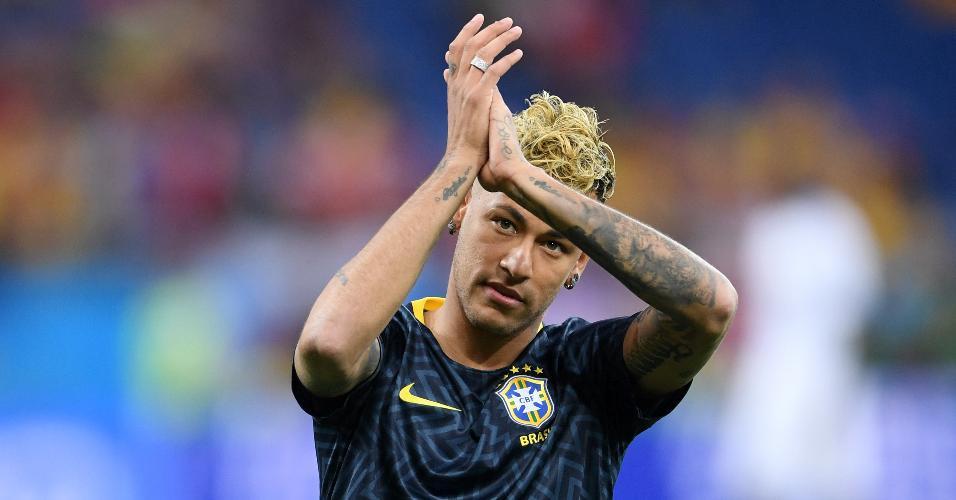 Neymar aplaude a torcida durante aquecimento da seleção