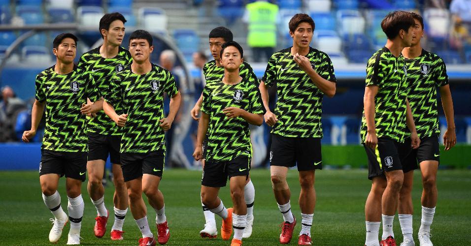 Jogadores da Coreia do Sul se aquecem para enfrentar a Suécia
