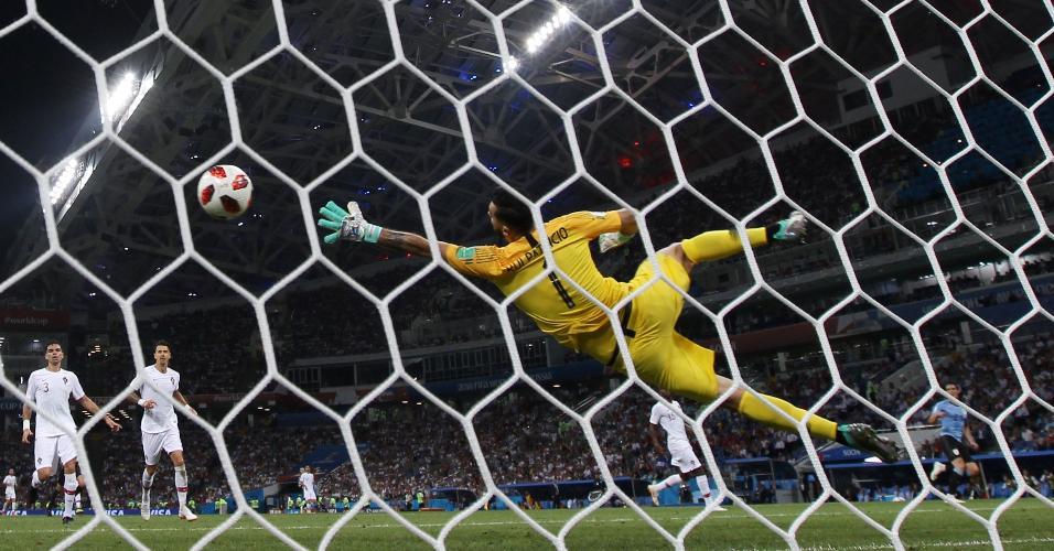 Cavani finaliza com precisão e marca o segundo gol do Uruguai contra Portugal