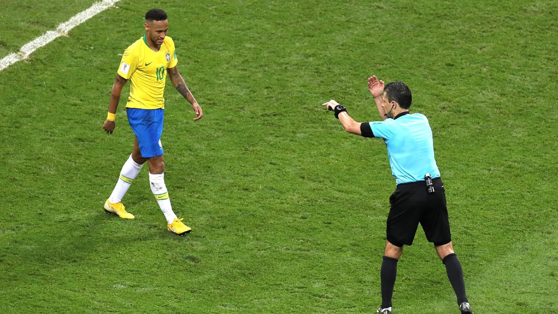 Juiz Milorad Mazic sinaliza para Neymar que é para o jogo entre Brasil e Bélgica seguir