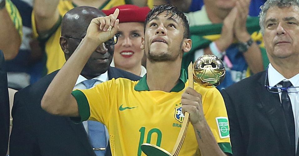 Neymar levanta a Bola de Ouro, prêmio de melhor jogador da Copa das Confederações de 2013