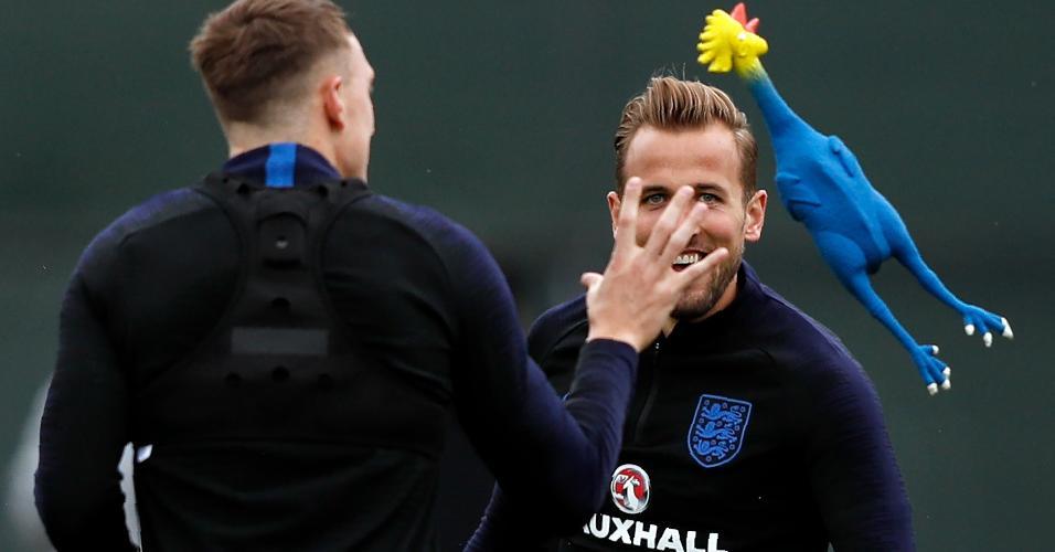 Harry Kane e Phil Jones brincam com galinha de borracha durante treino da Inglaterra