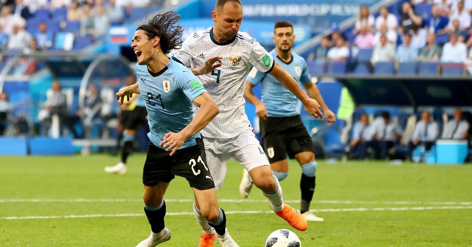 Edinson Cavani, do Uruguai, cai da na área após disputa de bola com Sergey Ignashevich, da Rússia