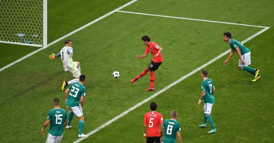 Younggwon Kim marca o primeiro gol da Coreia do Sul contra a Alemanha
