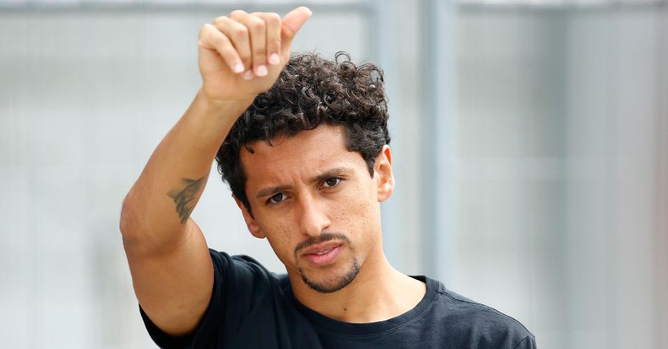 O zagueiro Marquinhos acena para torcedores na saída de hotel da seleção brasileira, em Kazan