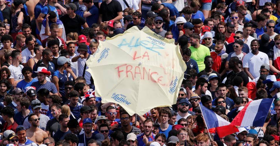 Torcedores franceses lotam o Campo de Marte de Paris para assistir à final da Copa do Mundo