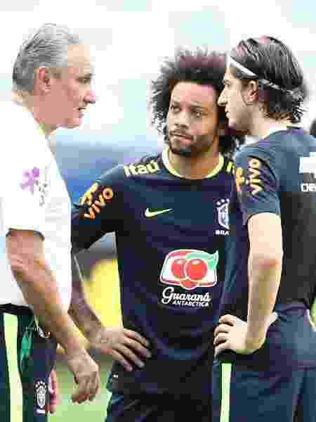 Filipe Luís e Marcelo conversam com Tite - Lucas Figueiredo/CBF - Lucas Figueiredo/CBF