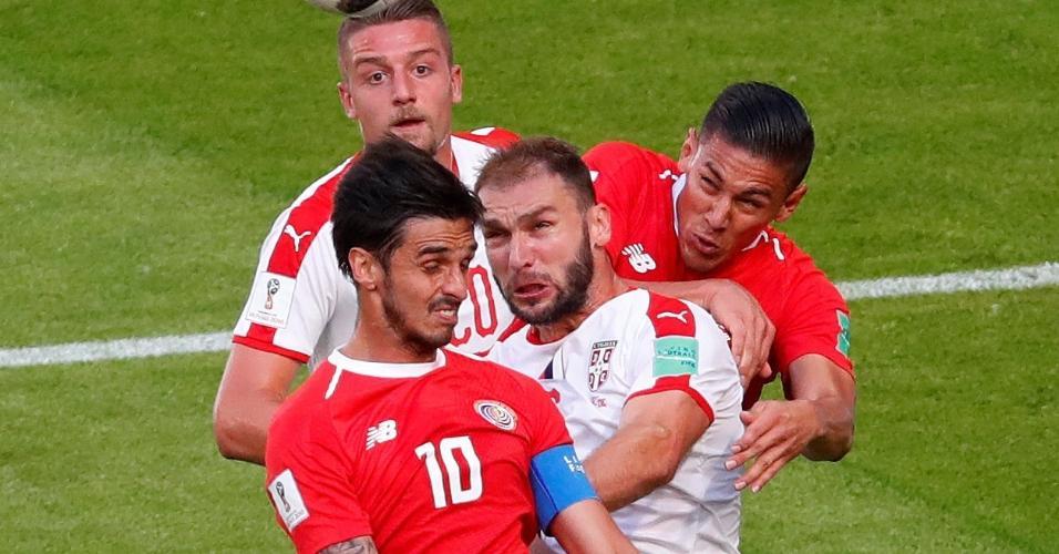 Bryan Ruiz em ação pela Costa Rica no duelo com a Sérvia na Copa