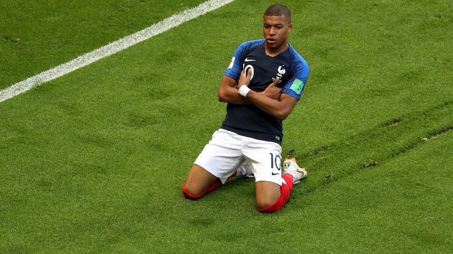 Kylian Mbappe comemora um de seus dois gols na partida entre França e Argentina - Catherine Ivill/Getty Images