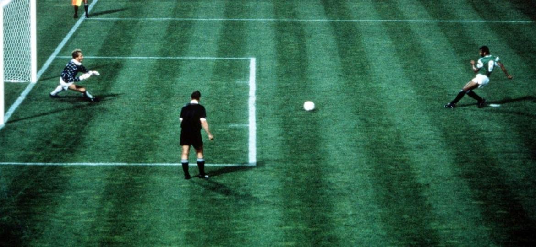 De pênalti, Magdi Abdelghani empatou o jogo para o Egito diante da Holanda na Copa de 1990; foi o único gol do país naquele Mundial - Fifa
