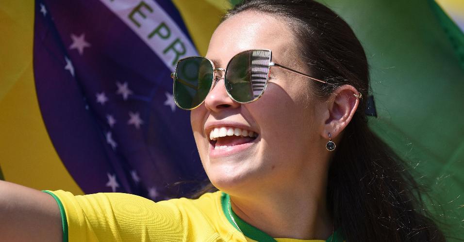 Torcedora sorri antes da partida entre Brasil e Croácia, em Liverpool