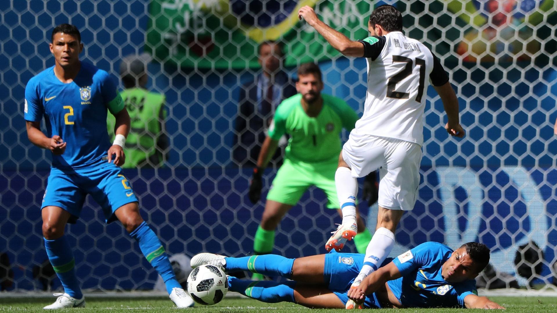 Chute de Marco Ureña é travado durante a partida entre Brasil e Costa Rica