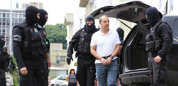 O ex-governador do Rio Sérgio Cabral é conduzido por policiais - Giuliano Gomes/PR Press/Estadão Conteúdo