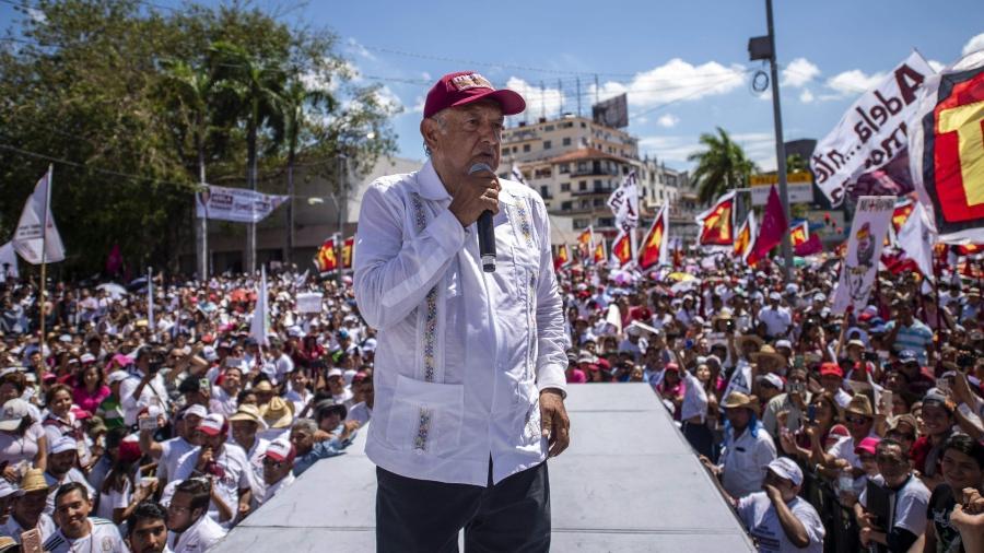 O candidato Andrés Manuel López Obrador lidera as pesquisas de uma eleição histórica, que mobiliza o país - Pedro Pardo/AFP