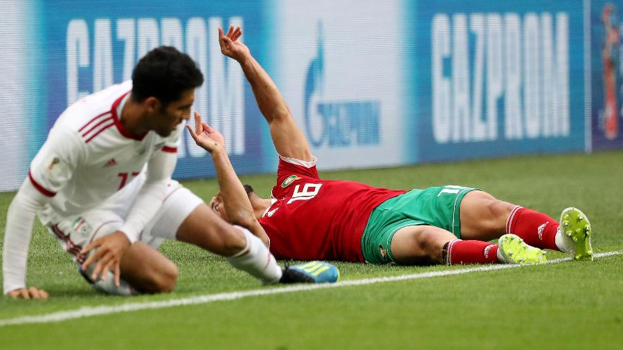 Marroquino Nordin Amrabat cai desacordado após choque com Vahid Amiri, do Irã - PILAR OLIVARES/REUTERS